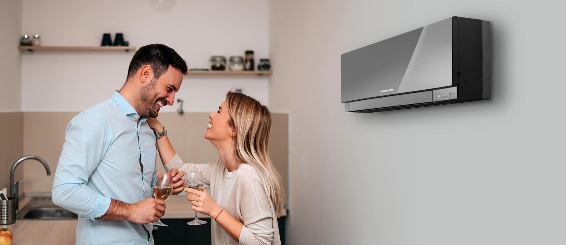 Vesel par v kuhinji s klimatsko napravo Mitsubishi Electric